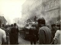 1968, srpen, vyhořelý tank v postranní ulici u Rozhlasu