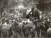 1968, srpen, radost dětí z vyhořelého tanku v postranní ulici u Rozhlasu