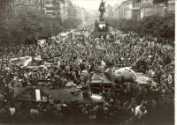 1968, srpen, Václavské náměstí, tanky pod Muzeem, na nejbližším tanku sedí fotograf Jos. Koudelka