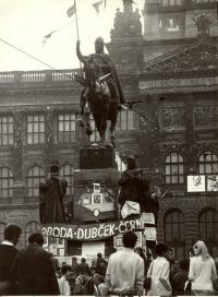 1968, srpen, Václavské náměstí, pomník Sv. Václava, v pozadí rozstřílená fasáda Muzea