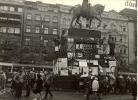 1968, srpen, Václavské náměstí, pomník Sv. Václava