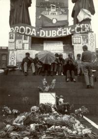 1968, srpen, Václavské náměstí, improvizovaný pomník padlému o sochy sv. Václava