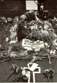 1968, srpen, Václavské náměstí, detail pomníku padlému o sochy sv. Václava