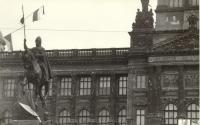 """1968, srpen, Václavské náměstí, """"podpisy"""" okupantů na fasádě Národního muze"""