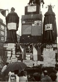 1968, srpen, Václavské náměstí, pomník Sv. Václava, pohled ve směru od Muzea