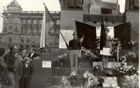 1968, srpen, Václavské náměstí, čestná stráž padlému u sochy Sv. Václava