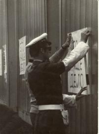 1968, srpen, policista vyvěšuje výzvy proti okupantům