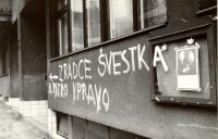1968, srpen, Praha, poblíž Strossmayerova náměstí, nápis proti kolaborantovi Švestkovi
