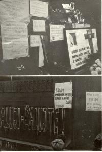 1969, leden, tryzna za Jana Palacha, Václavské náměstí, plakáty na podstavci pomníku Sv. Václava
