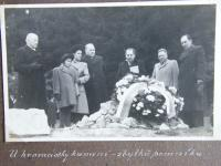 With memorial of J.Š. Baar in Klenčí in september 1946