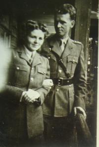 Rymanów Zdrój, listopad 1944; svatební fotografie Anny (Hany) Pajerové a Jana Maláška