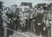 Dr. Edvard Beneš with english journalists in Cholmondeley Park, 26.7.1940