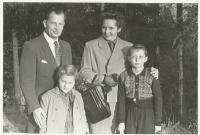 Celá rodina pohromadě i s druhou narozenou dcerou Haničkou (zdroj: osobní archiv p. Cábové)