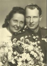 Svatební fotografie Milady a jejího manžela Františka Cába, který na ni celé tři roky čekal (zdroj: osobní archiv p. Cábové)