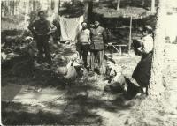 V tábořišti mužů u města Crivitz našly lidické ženy bezpečí. Milada sedí na zemi (zdroj: osobní archiv p. Cábové)