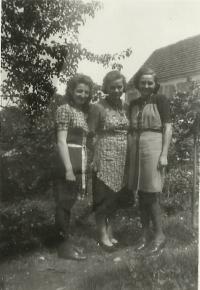 Milada (vpravo) v Lidicích se svými kamarádkami (zdroj: osobní archiv p. Cábové)