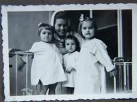 Se zdravotní sestrou - Hanfová je dítě uprostřed - album tety Volfové
