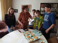 Ingeborg Casarová s dětmi z  projektu Příběhy našich sousedů