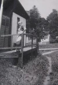 maminka Emílie Przybylová u ubikace v internačním táboře v Mohelnici