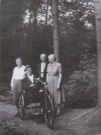 Ve předu otec František a maminka Emílie- internační tábor Mohelnice-1950