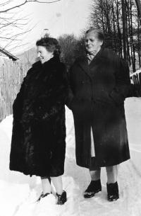 Erika Bednářová s maminkou, 1954