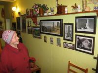 Erika Bednářová ve svém domě v Rejhoticích v prosinci 2010