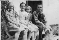 Děti z Vízmberku-1939 (úplně vlevo sestra Lída, třetí zleva Erika Rotterová (Bednářová))