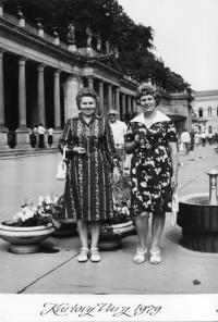 Erika Bednářová s kamarádkou v Karlových Varech v roce 1979 (vlevo)