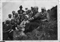 Ženy při práci v lese- Vízmberk (úplně vlevo Češka Janelová, třetí zprava s puntíkovaným šátkem maminka Sofie Rotterová