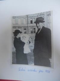 R. Pavelková s rodiči, r. 1938