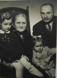 S prarodiči a sestrou