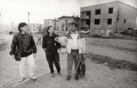 V romské osadě v Levoči, 1978 (L. Goral vpravo)