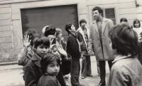 S romským skautským oddílem, 1975