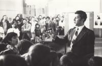 Zpívání v romském skautu, 1975 (L. Goral vpravo)