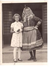 S kmotrou před kostelem ve Frélichově