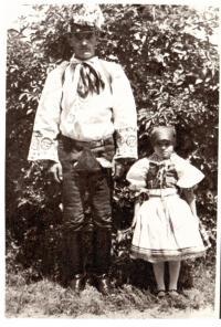 Josef Šalamoun a jeho dcera Emilie v chorvatském kroji
