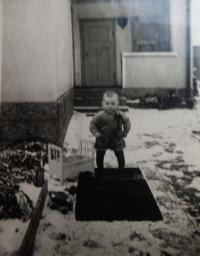 Walter před rodným domem