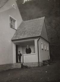 Otec s bratrem před novým domem (20. léta)