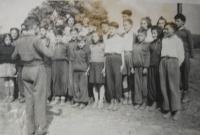 Řecký soubor v dětském domově, pan Michopoulos diriguje