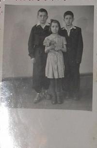 Pan Kevrekidis se sestrou a bratrem v Polsku