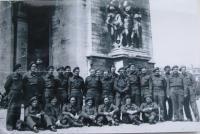 Vojáci od Dunkerque na dovolené v Paříži-1945 (Otakar Riegel-třetí z prava)