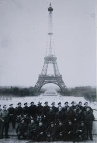 Vojáci od Dunkerque na dovolené v Paříži-1945 (Otakar Riegel-druhý z prava, prostřední řada)