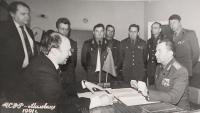 S Vladimírem Remkem v Milovicích, 1990. Podpis protokolu o předání muzea Remkovu fondu