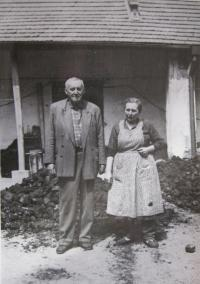 Hubert Lánský a Vlasta Lánská na svém hospodářství v Petrůvce