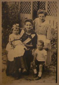 S bratrem, matkou a její kamarádkou
