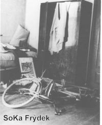 záběry interiéru kasáren po přestřelce