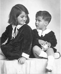 Hana s bratrem Michaelem kolem poloviny třicátých let