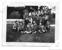 Grizzly se svými vlčaty v roce 1945