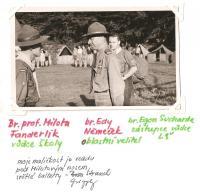 Oblastní lesní škola Jiráskovy oblasti - srpen 1946, zleva br. prof. Milota Fanderlik, vůdce školy, br. Eda Němeček, oblastní velitel a br. Egon Sucharda, zástupce vůdce lesní školy (moje maličkost je vzadu pod Milotovým nosem, světlé kalhoty)