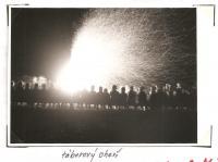 Oblastní lesní škola Jiráskovy oblasti - srpen 1946 - táborový oheň